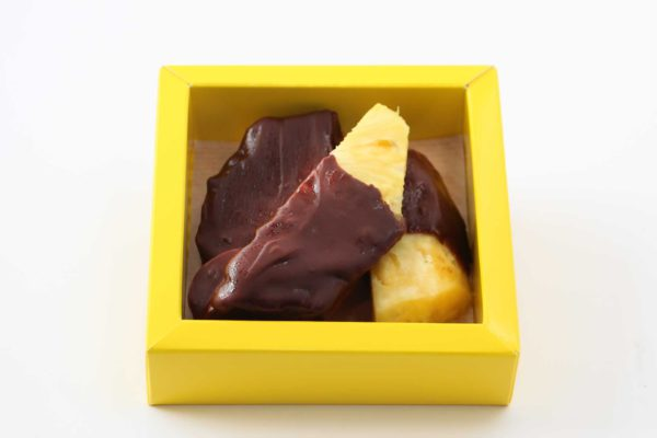Ananas gedoopt in chocolade